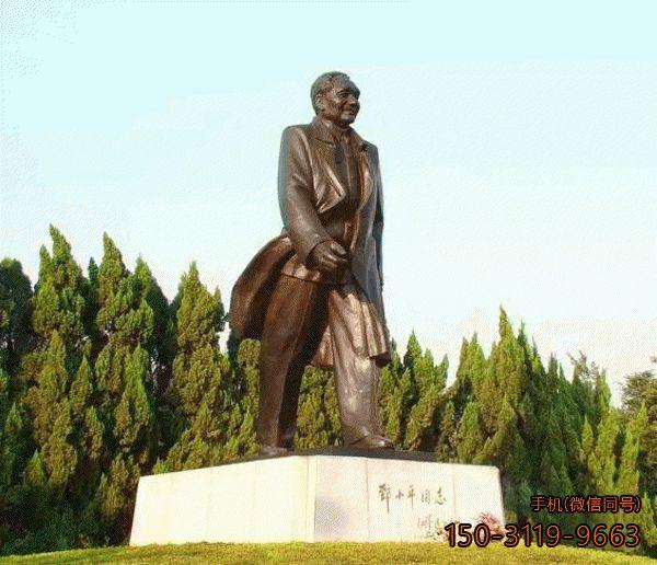 健步如飞邓小平雕像_改革开放的引领者邓小平