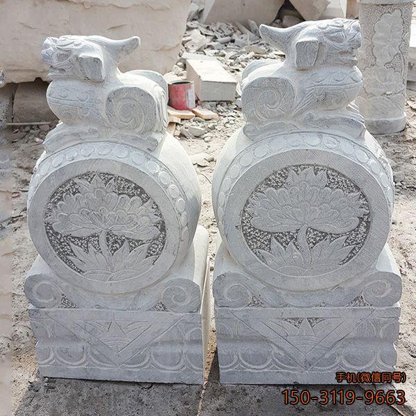 雕刻中的石门墩