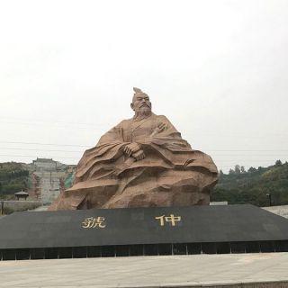 红色虢仲大型雕像