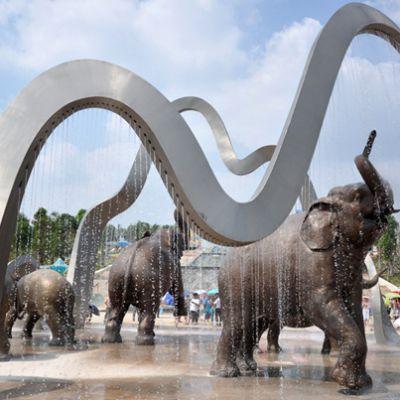 广场动物景观_戏水大象雕塑