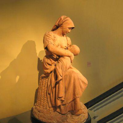 哺育的母亲石雕像