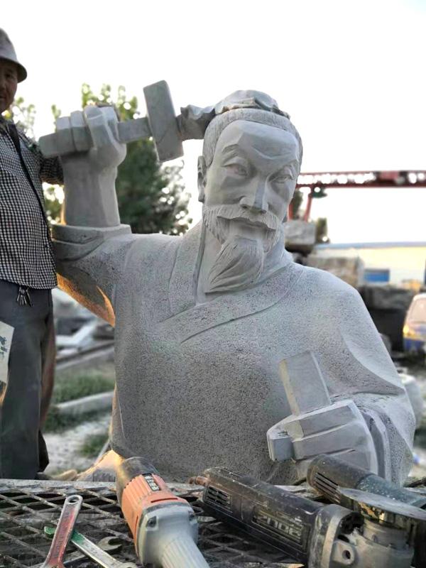 雕刻中的鲁班雕像
