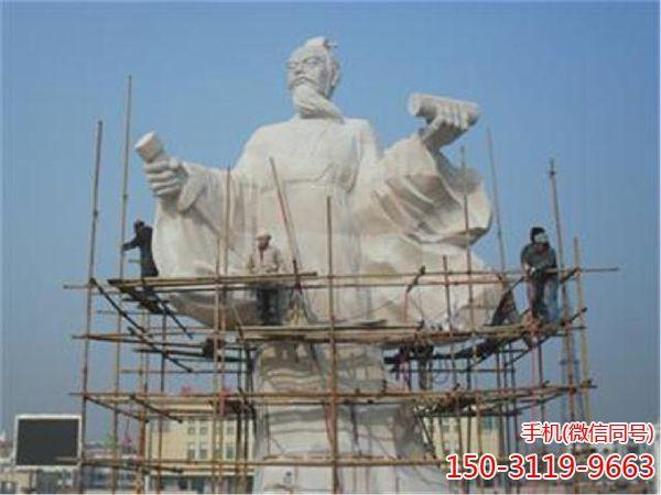 施工中的东方朔雕像